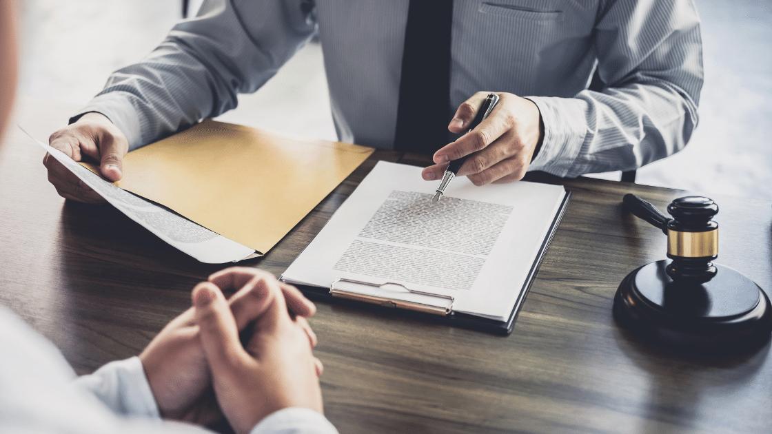 Businessmann unterzeichnet Dokumente, gesetzliche Vorschrift der ISO 26262