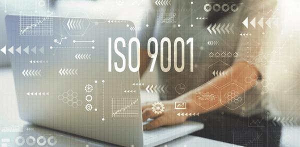 Mitarbeiterin sitzt vor Laptop und bearbeitet ISO9001, Offene Punkte Liste